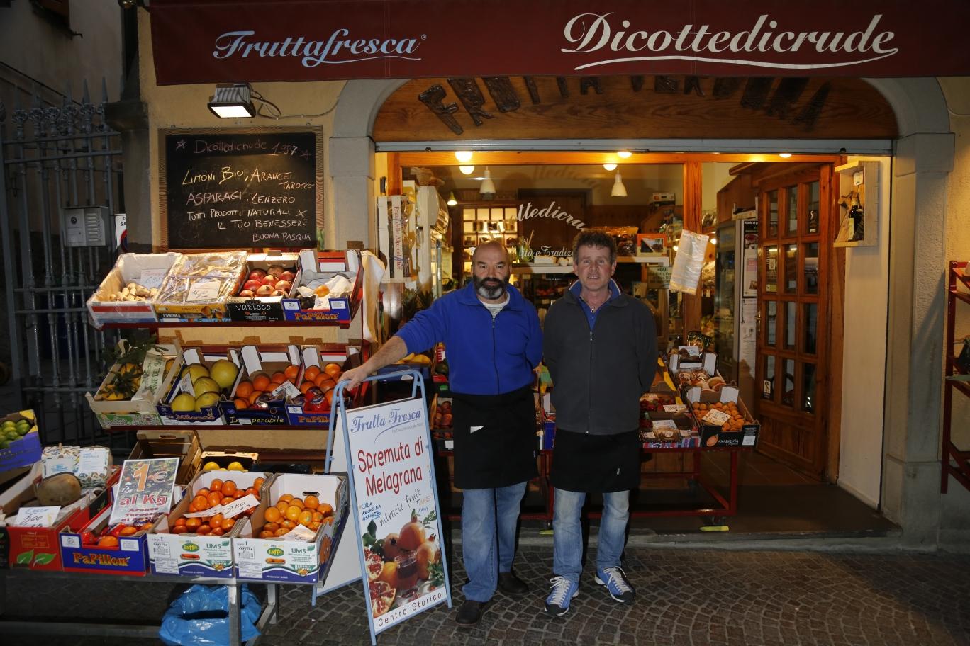 fruttivendoli alla riscossa, storie di negozi che innovano | la ... - Idee Arredamento Negozio Frutta E Verdura