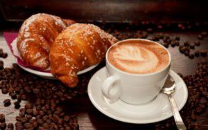 colazione-cappuccino-croissant
