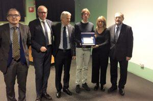 Da sinistra: Oscar Fusini, Oscar Caironi, Luciano Patelli, il figlio e la moglie di Emanuele Prati, Alessandro e Antonella, e Paolo Malvestiti