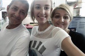 Mario Gritti con una delle figlie e la moglie Eliana