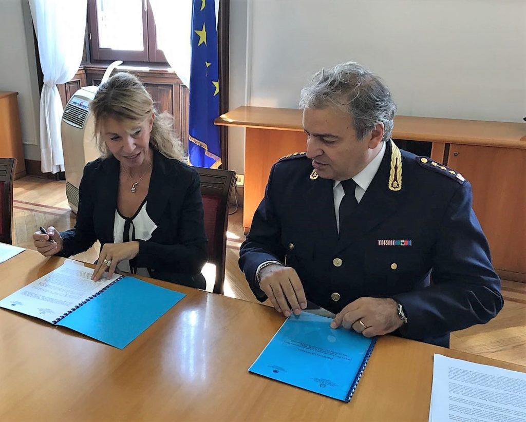 La firma del protocollo. Giovanna Mavellia, segretario generale di Confcommercio Lombardia, e Salvatore La Barbera, dirigente del Compartimento di Polizia postale e delle comunicazioni