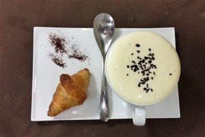 Cappuccino e brioche? In realtà è una zuppa di patate e funghi con spuma al parmigiano con croissant salato