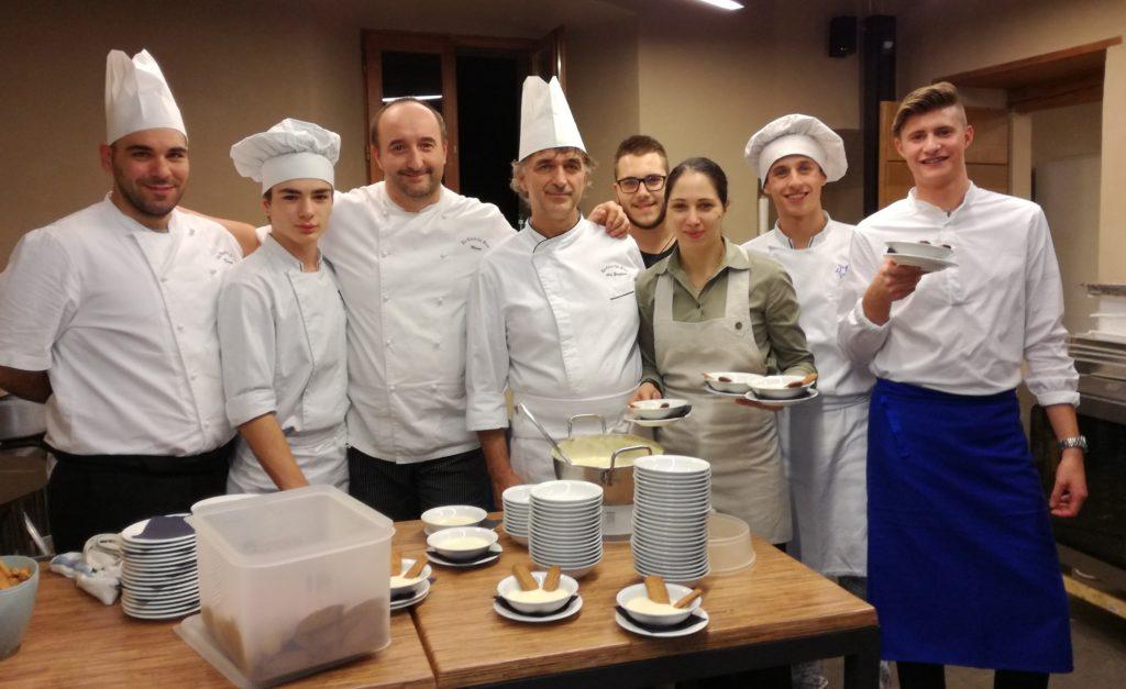Lo chef Graziano Foresti, al centro, e i collaboratori al labovo al castello di Solza per il menù dell'Isola