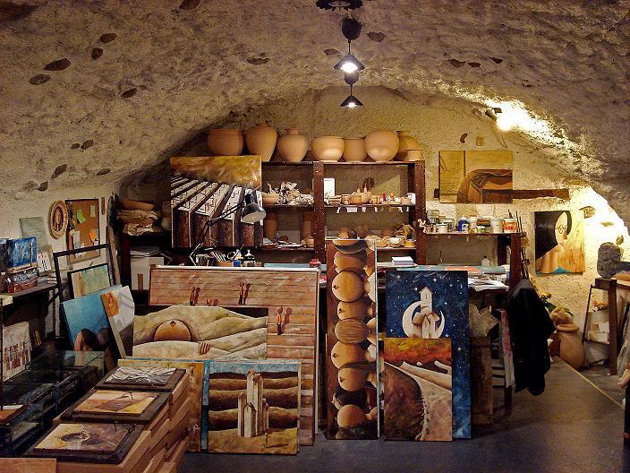 Ma qui sopravvivono botteghe artigiane e negozi storici