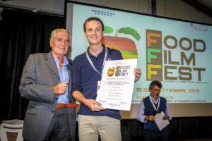 Mauro Bertolini premiato da Enrico Radicchi (slow food)