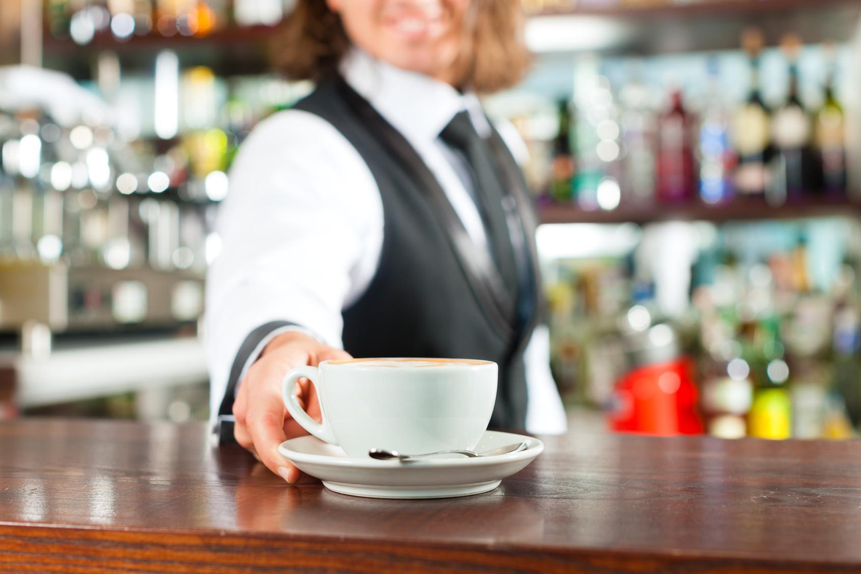 Barista Cappuccino zu in seinem Cafe