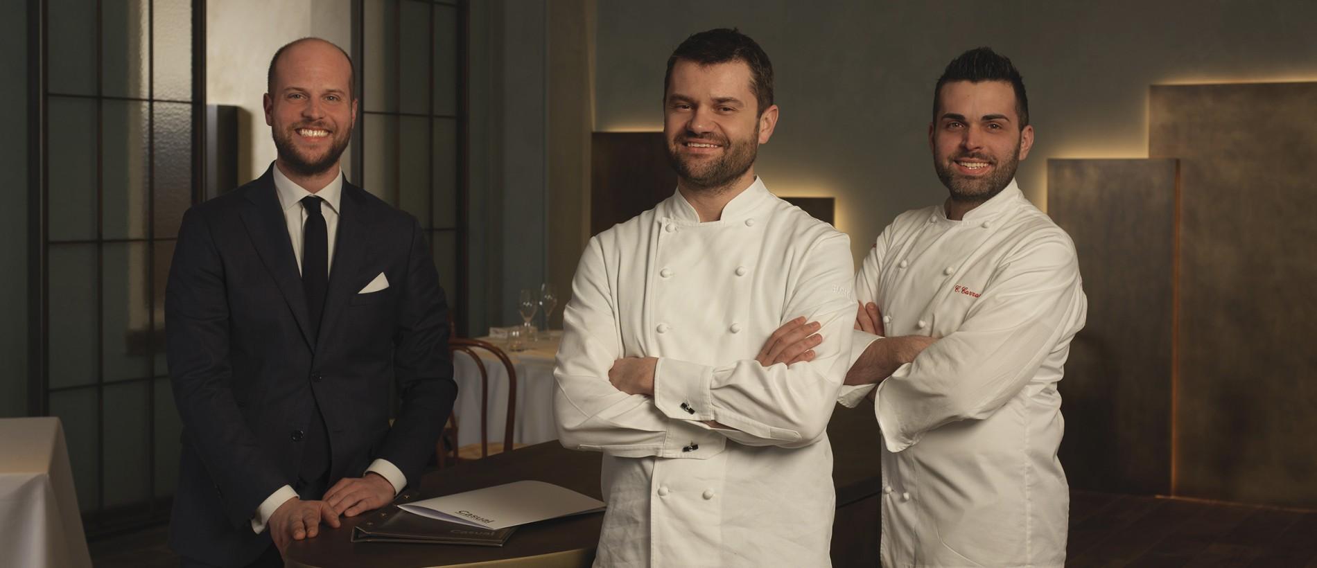 ristorante-casual-bergamo-enrico-bartolini-al-centro-con-il-direttore-marco-locatelli-e-lexecutive-chef-cristopher-carraro