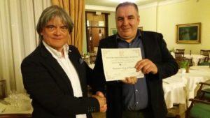 Renato Malaman consegna l'attestato di partecipazione a Chicco Tonoli (a destra) del ristorante Posta al Castello di Trono
