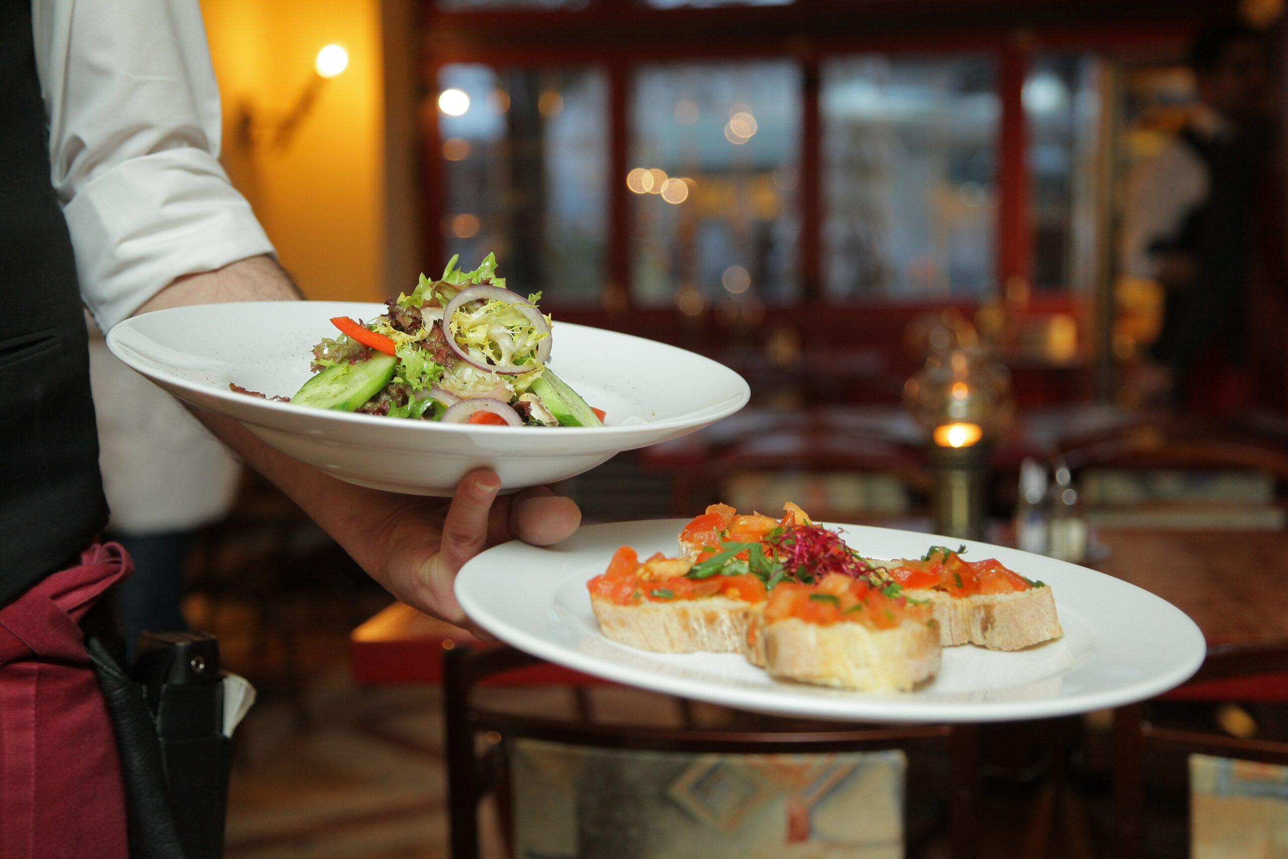 Lavoro, nei bar e ristoranti bergamaschi mancano oltre 4 mila camerieri e addetti in sala