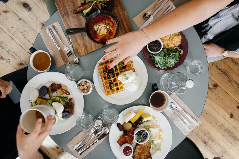 Bar e ristoranti, da oggi si torna a mangiare al chiuso. Ma attenzione al limite delle 4 persone al tavolo