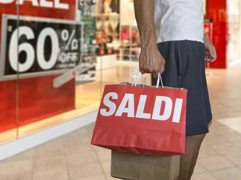 Saldi estivi al via dal 3 luglio in quasi tutta Italia. La spesa media sarà di 171 euro a famiglia